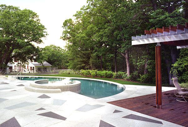 Дизайн бассейна на улице при загородном доме