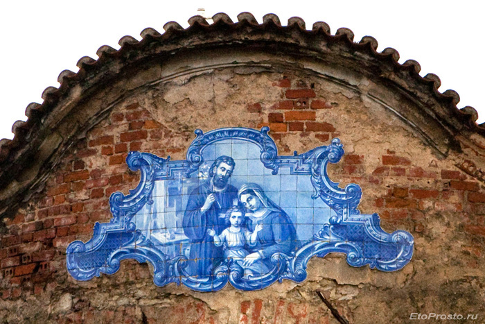Украшение из изразцов азулежу на фасаде