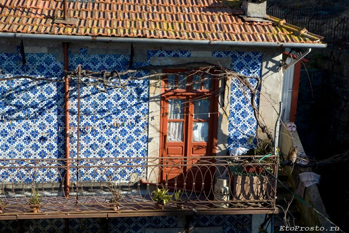 Плиткой азулежу выложены фасады большинства домов в Португалии