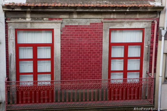 Фасад из красной плитки в Португалии