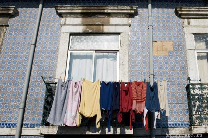 Фасад дома в бедном районе