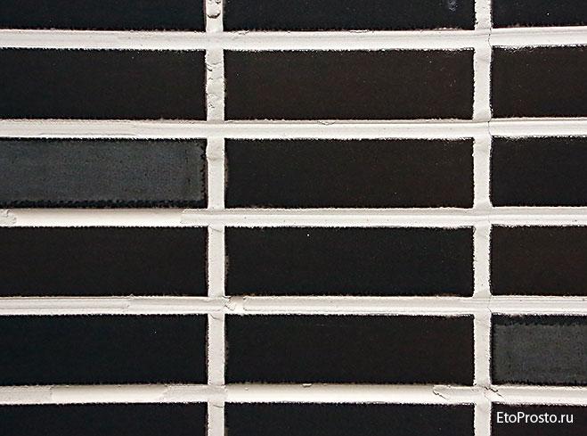 Пример плохой затирки при укладке плитки под мозаику