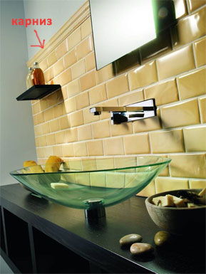 Интерьер ванной комнаты с карнизом