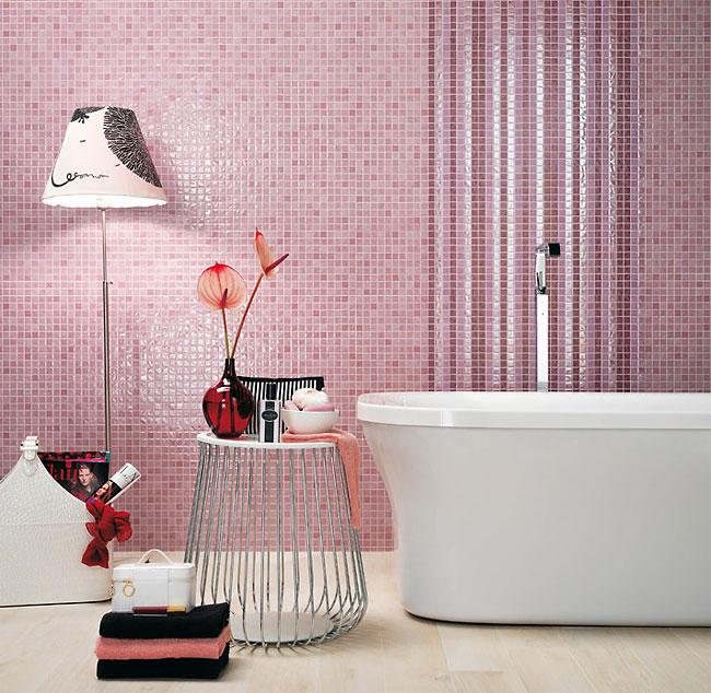 Интерьер ванной с плиткой под мозаику